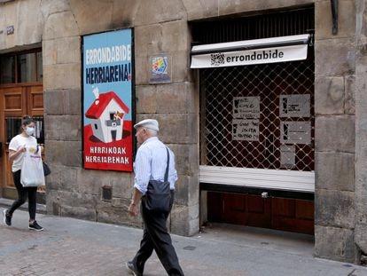 Varias personas caminan ante la 'herriko taberna' de Bilbao, ya limpia de las pintadas contra Sortu.