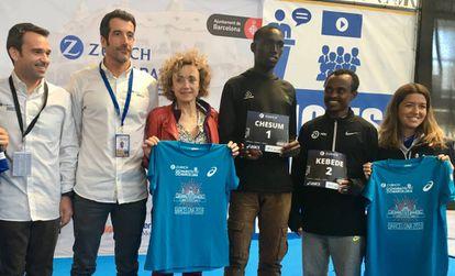 Chesum (1) y Kebede (2), entre los organizadores del Maratón.