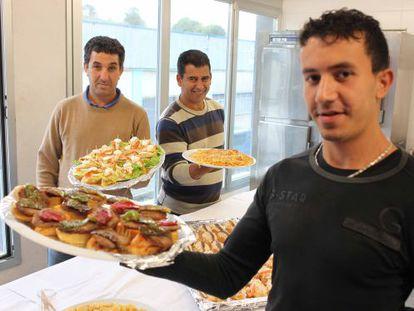 El interno Mounir Mourabeti, en primer plano, muestra algunos de los 'pintxos' que ha aprendido a cocinar en un curso.