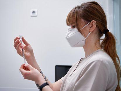 Una sanitaria rellena una jeringuilla con una dosis de la vacuna de BioNTech y Pfizer en Polonia, el jueves.