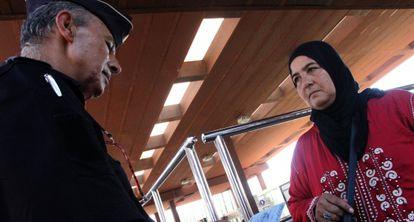 Una refugiada siria, con ropas marroquíes, intenta entrar a Melilla por el paso fronterizo entre España y Marruecos.
