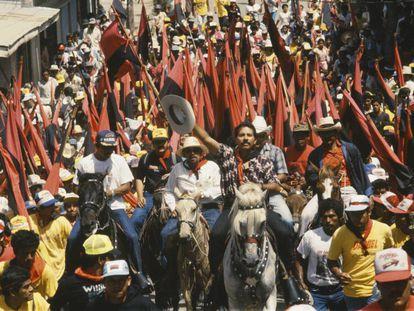 El presidente nicaragüense Daniel Ortega, en una marcha con 1.000 hombres a caballo durante su campaña.