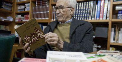 Neira Vilas lee un ejemplar de 'Memorias dun neno labrego', en 2008.
