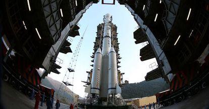 El cohete Larga Marcha 3B en el que ha sido lanzada la sonda china con destino a la Luna.