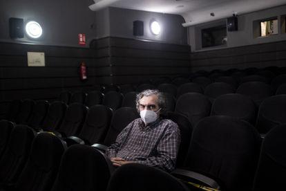 Ángel Balanza, de 66 años, espectador de la filmoteca en la sala 2 de los Cines Doré.