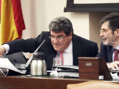 A la izquierda, el presidente de la Autoridad Fiscal, José Luis Escrivá, con el diputado socialista José Enrique Serrano