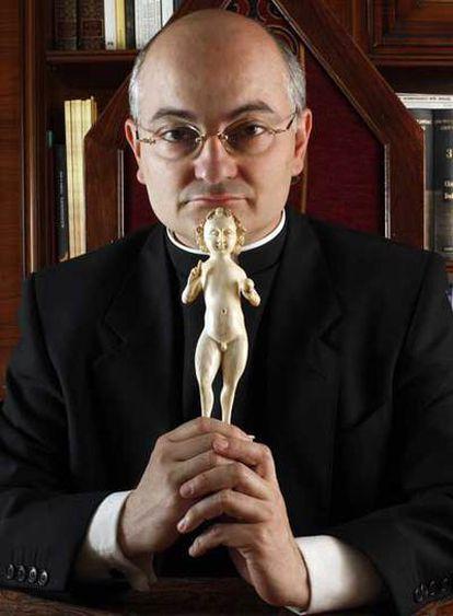 El exorcista José Antonio Fortea sostiene en sus manos una figura del Niño Jesús, de estilo gótico