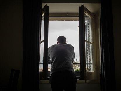 Un hombre se asoma a su ventana durante el confinamiento de la primera ola, el 23 de marzo de 2020 en Barcelona.