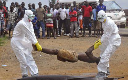 Los equipos sanitarios retiran, en Monrovia, el cuerpo de un hombre sospechoso de ébola.