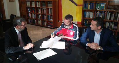 Gordillo (centro) firma su renuncia al escaño junto a Gracia y Castro.
