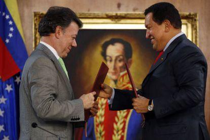El presidente de Colombia, Juan Manuel Santos, y el de Venezuela, Hugo Chávez, durante la firma de acuerdos bilaterales, el pasado noviembre en Caracas.
