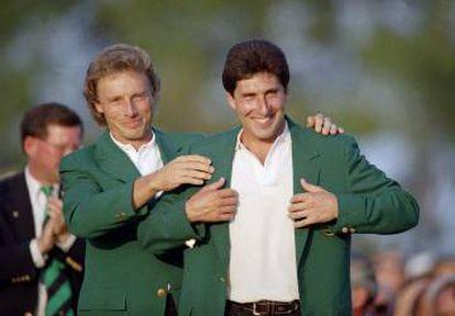 Olazabal recibe la chaqueta verde en 1994 de Bernhard Langer.