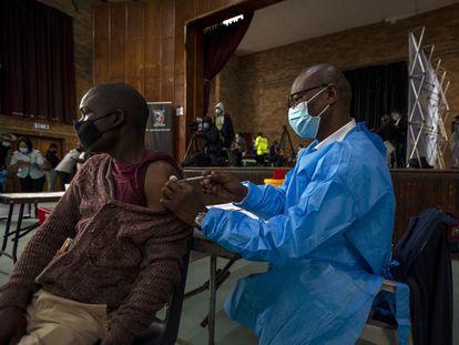 Un hombre recibe la vacuna Pfizer, en Katlehong, al este de Johannesburgo, Sudáfrica, el pasado 1 de octubre.