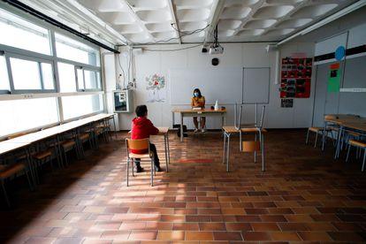 Un alumno y su profesora, en una escuela de Sitges.
