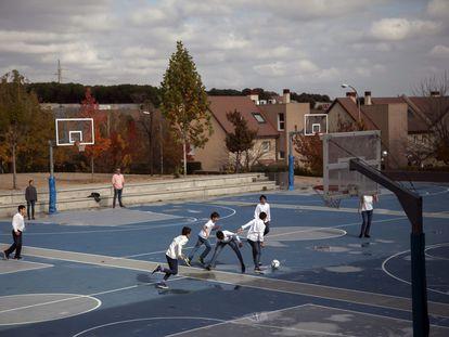Alumnos en el patio de un colegio privado de Madrid.