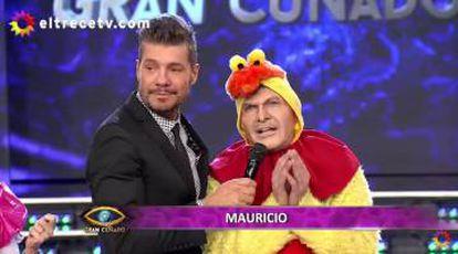 Tinelli viste de pollo al imitador de Macri.