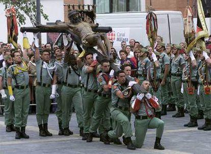 Legionarios en el desprendimiento del Cristo de la Buena Muerte para su procesión en Málaga.