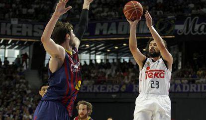 Llulla anota uno de sus seis triples ante el Barça