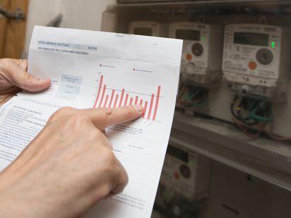 Un usuario comprueba la factura con el contador de Luz en su domicilio en Madrid.