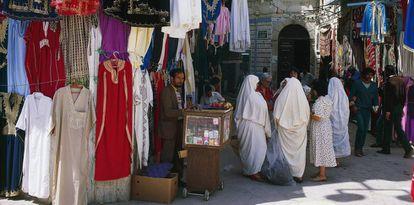 Puestos de ropa en la medina de Túnez.