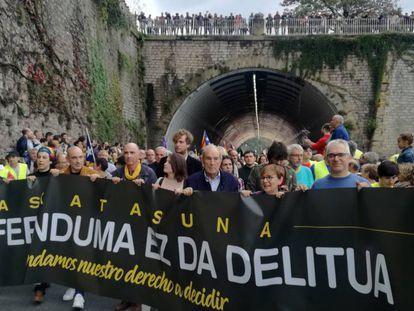 El exlehendakari Carlos Garaikoetxea (en el centro de la imagen, con chaqueta y camisa azul), al inicio de la manifestación de San Sebastián.