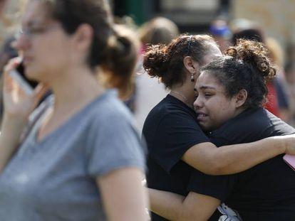 La joven Guadalupe Sanchez es abrazada por su madres después del tiroteo.