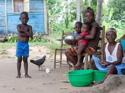 Una familia dominicana, frente a su casa.