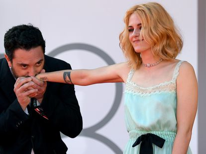 Pablo Larraín y Kristen Stewart, antes de la proyección de gala en Venecia de 'Spencer', este viernes.