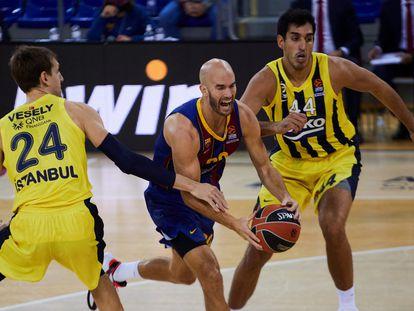 Calathes, con el balón, entre Vesely y Duverioglu.