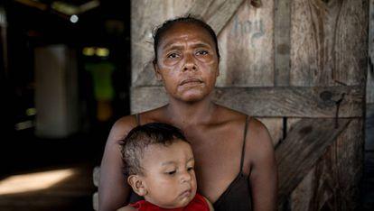 Dacy Blexly con su nieto en la aldea de Bilwas Karma, en Nicaragua.
