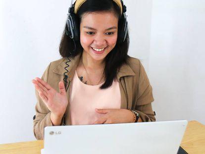 Una estudiante toma parte en una clase a distancia, a través de su portátil.