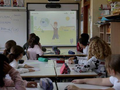 Clases sobre medio ambiente en el colegio público Fernando de los Ríos de Las Rozas (Madrid).