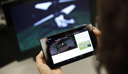 Una usuaria conecta una tableta con un ordenador gracias al dispositivo Chromecast.