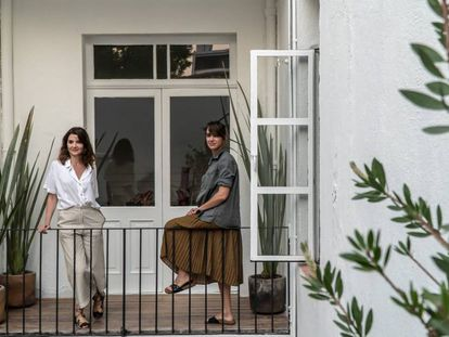 Silvia Ortiz e Inés López-Quesada, directoras de Travesía Cuatro, en la sede mexicana.