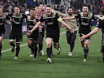 Los jugadores del Ajax celebran su pase a semifinales.