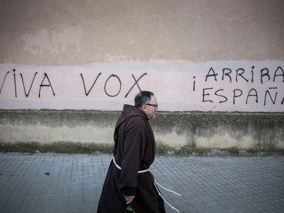 Pintadas del partido ultraderechista Vox en los muros de la Iglesia de los Capuchinos de Sarria, de Barcelona.