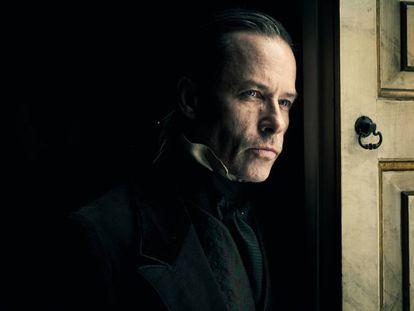 Guy Pearce como Ebenezer Scrooge en 'Cuento de Navidad'. En vídeo, el tráiler.