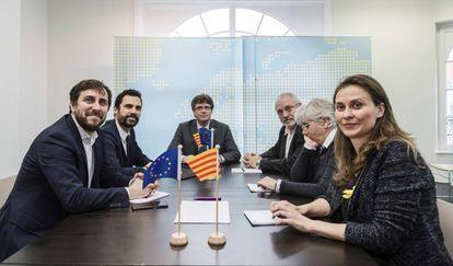 Lluís Puig y Clara Ponsatí, a la derecha, junto a Carles Puigdemot, Roger Torrent, Toni Comín y Meritxell Serret, en una imagen de archivo.