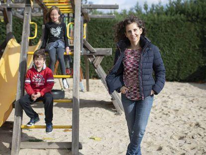 Eva, madre de tres niños, posa junto a dos de sus hijos en Madrid.