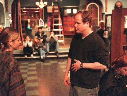 Joss Whedon dirige a Sarah Michelle Gellar en el plató de la sexta temporada de 'Buffy Cazavampiros' en mayo de 2001.