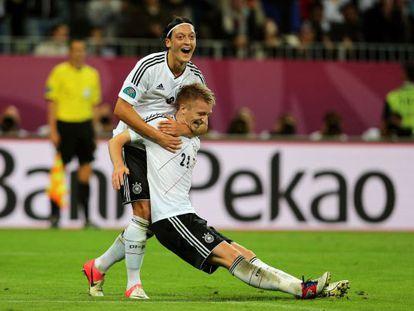 Özil celebra el cuarto gol de Reus.