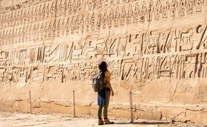 Una turista contempla el templo funerario de Ramsés III en Luxor (Egipto).