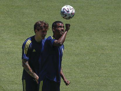 Isak golpea el balón con la mano, en el estadio de La Cartuja de Sevilla.