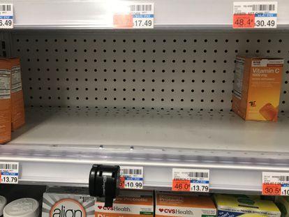 Un mostrador de suplementos vitamínicos, casi vacío en una tienda de Nueva York por la demanda como supuesto producto beneficioso frente al coronavirus.
