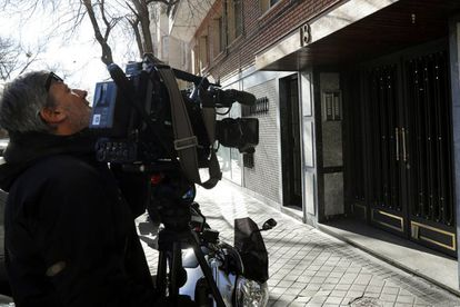 Un cámara graba delante del portal en el que se produjeron las dos muertes.