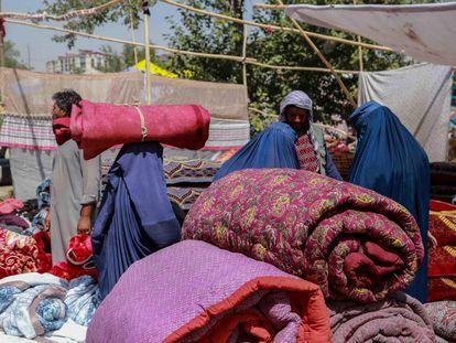 Artículos del hogar de segunda mano a la venta en un bazar local en Kabul. Los afganos que planean huir del país o necesitan dinero en efectivo para comprar víveres y alimentos recurren a vender sus pertenencias, ya que la economía del país está en ruinas debido a la incertidumbre.