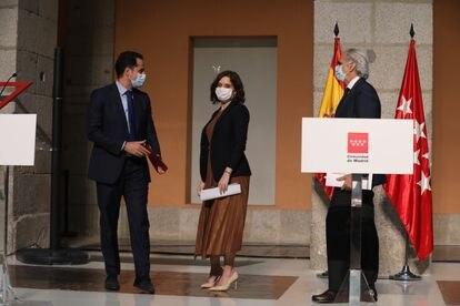 El vicepresidente madrileño, Ignacio Aguado, la presidenta, Isabel Díaz Ayuso, y el consejero de Sanidad, Enrique Ruiz-Escudero, el pasado viernes.