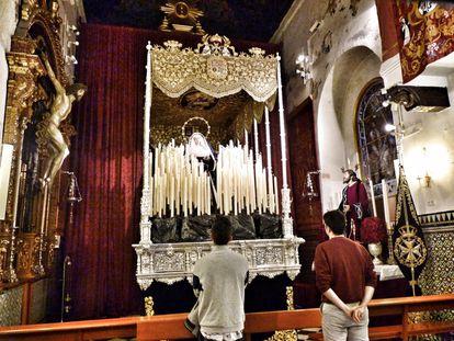 El paso de la Virgen del Rosario de la Hermandad de Monte-Sión, el único que está montado en Sevilla.