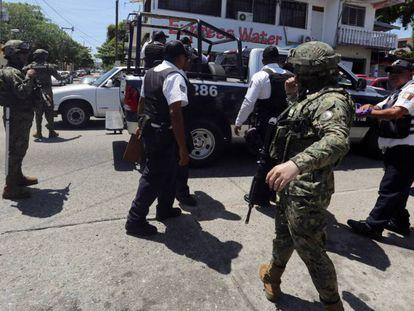 Elementos federales detienen a policías de Acapulco.