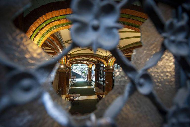 Interior del Palau de la Música a través de una ventana rota.